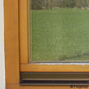 Die anfälligste Stelle an Fenstern wird von Flügelabdeckprofilen geschützt.